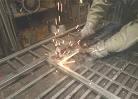 鋼材の溶接・切断・加工、ベニアの切断・加工等に関してはお任せください。